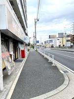 出口②を出て左に曲がって頂くとやまださん(飲食店)が見えてきますので、その隣に弊社がございます。